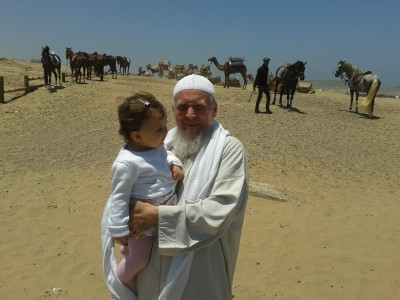 Twink jako Mohammed Abdullah z 18-miesięczną córeczką Sarą (2013)