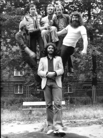 Grupa KWADRAT. Stoi Zb. Gocek (menadżer). Nad nim od lewej: A.Otręba(g), M.Giercuszkiewicz(dr), T.Danysz(kbd), J.Gazda(bg), R.Węgrzyn(g)